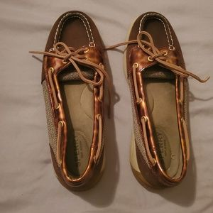 Sperry ladies boat shoes are size 7.5